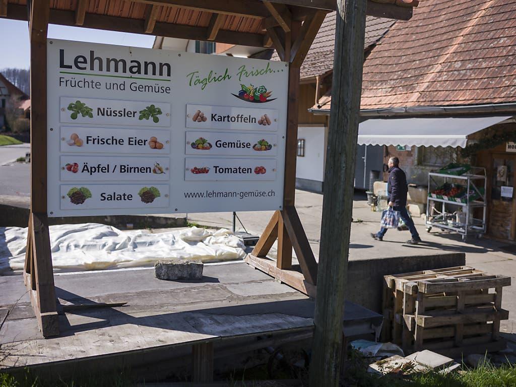 Ein Kunde verlässt den Hofladen der Gemüsebauern Lehmann. Das kleine «Lädeli» erfreut sich zurzeit grosser Beliebtheit - Städter decken sich hier in märit-freien Zeiten mit Gemüse ein.