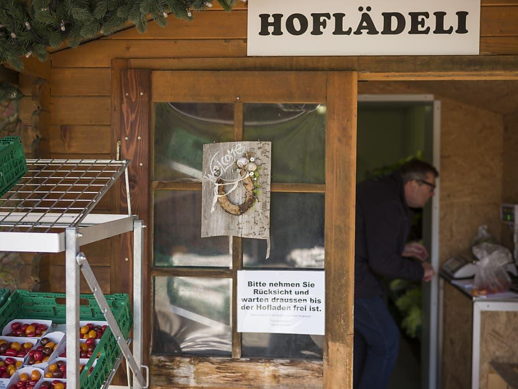Selbstbedienung im Hoflädeli - Platz hats jeweils nur für einen Kunden, aufgrund der Corona-Regeln.