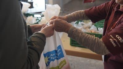 «Tischlein deck dich» hat alle Abgabestellen geschlossen. In der Gassenküche oder bei Caritas gibt es trotzdem noch Lebensmittel. (Bild: Oliver Menge / D5)