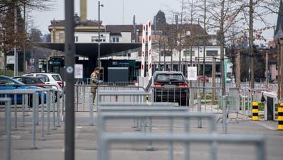 Ein Auto fährt für den Coronatest auf der Luzerner Allmend vor. (Bilder: Nadia Schärli (25. März 2020))