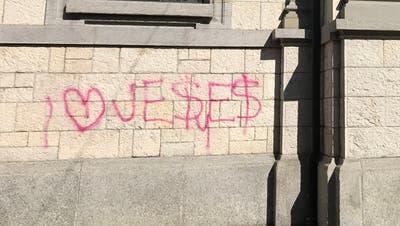 In pinkerFarbe haben Unbekannte die Mauer der katholischen Stadtkirche verunstaltet. (Bild: Samuel Koch)