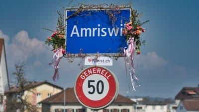 Geschmückte Amriswiler Ortstafel von Schocherswil her kommend. ((Bild: Manuel Nagel))