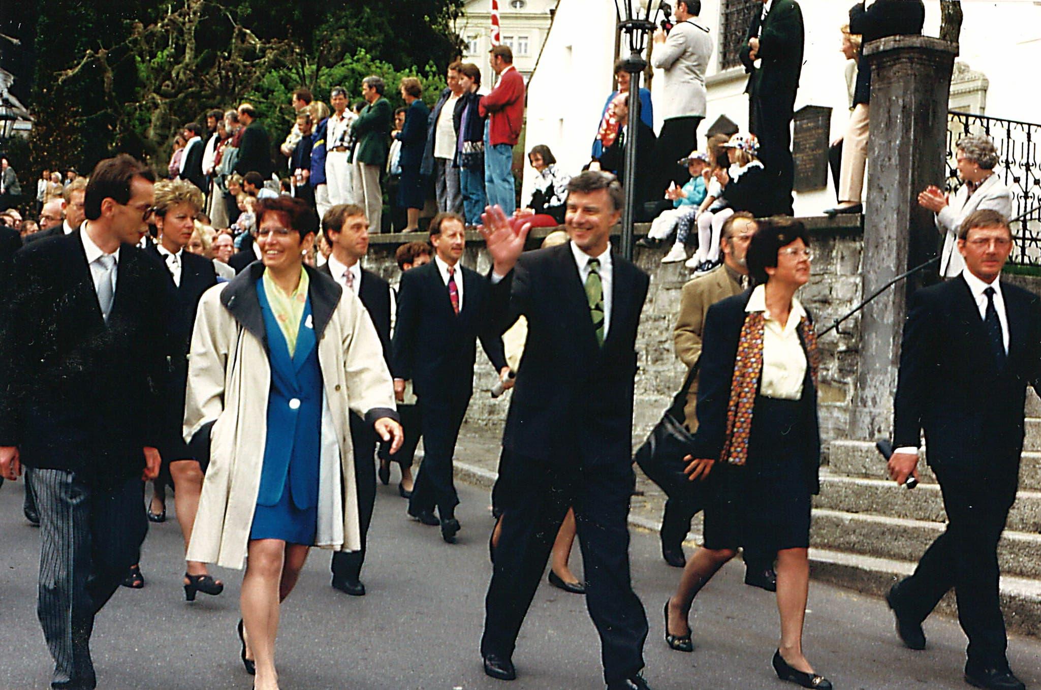 Marsch anlässlich der letzten Landsgmeinde am 28. April 1996 in Stans. Von links: Landratssekretär Hugo Murer, mit den Regierungsräten Beatrice Jann, Paul Niederberger, Marianne Slongo, Hugo Kayser
