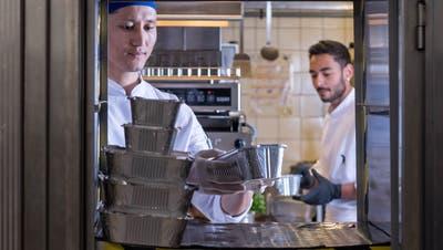 Ungewohntes Bild: Im Stadtluzerner Restaurant Lapin wird das Essen zurzeit in Alu-Schalen statt auf Tellern serviert. Die Luzerner Regelung rund um den Take-away-Betrieb ist umstritten. (Bild: Nadia Schärli (Luzern, 23. März 2020))