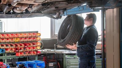 Sandro Pilss, angehender Automobilfachmann, in seinem Lehrbetrieb, der Unterdorf-Garage in Emmen. (Bild: Nadia Schärli (25. März 2020))