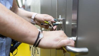 Da die Justiz derzeit bedeutend langsamer arbeitet, kommen in Frankreich nur noch rund 30 Verurteilte pro Tag hinter Gitter, sechsmal weniger als in normalen Zeiten. (Symbolbild) (Keystone)