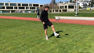 Jonglieren im «Home-Office»: FC-Wil-Spieler Valon Fazliu trainiert das Ballgefühl in Zollikon auf der Schulhauswiese. (Bild: FC Wil) (Bild: Michel Canonica)