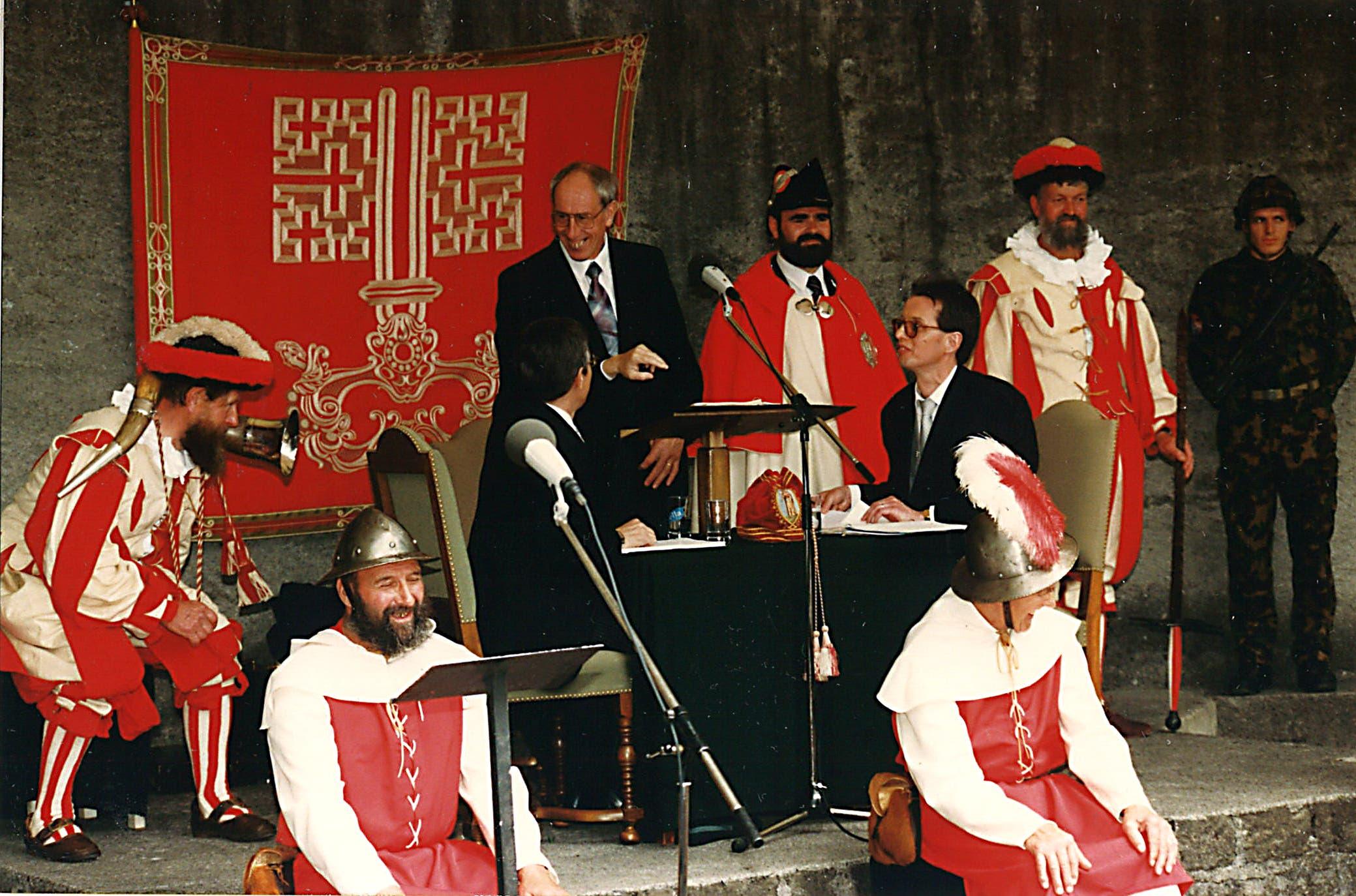 Hugo Murer als Landratssekretär an der letzten Landsgemeinde am 28. April 1996 in Stans (sitzend rechts). Am Rednerpult Landammann Hanspeter Käslin.