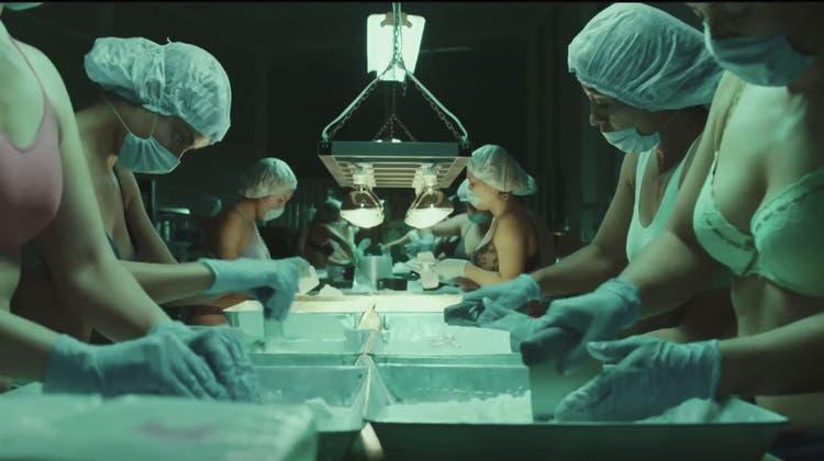 Szene aus der TV-Serie«ZeroZeroZero». Im mexikanischen Monterrey packen junge Frauen das Kokain in Büchsen ab. (Bild: Sky)