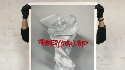 Sind wir momentan nicht alle durstig nach Leben? Dieses Plakat des Berner Künstlers Vierwindalias Micha Häni ist im neuen Online-Shop des St.Galler Künstlerkollektivs erhältlich. (Bild: Micha Häni /supportyourlocalartist)