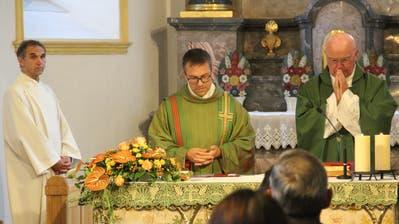 Derzeit kann auch Pfarrer Daniel Krieg (Mitte) keine Gottesdienste mit Besuchern mehr abhalten, setzt dabei aber nun auf Livestream. (Bild: Paul Gwerder (Altdorf, 29. September 2019))