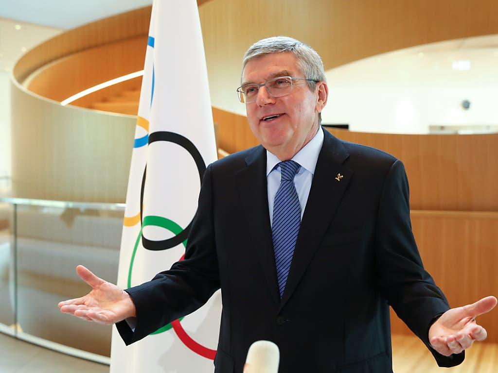 Symbolische Geste: IOC-Präsident Thomas Bach weiss auch noch nicht, wann die Sommerspiele in Tokio stattfinen sollen
