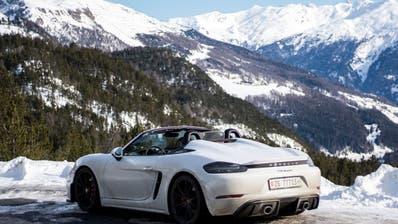 Zwischenhalt auf dem Ofenpass: Der Porsche 718 Spyder unterscheidet sich durch zwei Höcker auf dem Heckdeckel vom «normalen» Boxster. (Bilder: Georg Ueding)