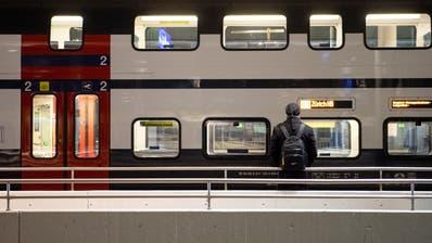 Wer noch auf den Zug angewiesen ist, sollte seine Verbindungen im Voraus überprüfen. Ab Donnerstag sind weitere Fahrplankürzungen in Kraft. (Claudio De Capitani)