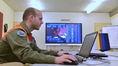 Sandro Zweifel, Chef Lage der Zivilschutzorganisation Werdenberg, bereitet im Zivilschutzkommandoraum beim Spital Grabs Daten für die Lagebesprechung auf. (Bild: Heini Schwendener)