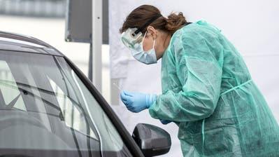 Ein Angehöriger des Zivilschutzes beim Drive in Testzentrum auf dem Messegelände der Allmend in Luzern. (Nadia Schärli / Luzerner Zeitung)