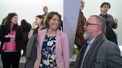 Da war die Welt noch in Ordnung: Sonja Lüthi (Mitte) im Gespräch mit dem frisch gewählten EVP-Kantonsrat Jascha Müller. Hinten links GLP-Parteipräsidentin Nadine Niederhauser. (Bild: Ralph Ribi, (8. März 2020, Pfalzkeller))