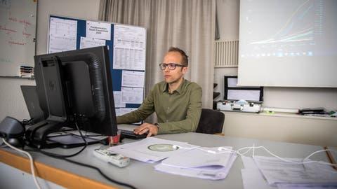 Robert Scherzinger, Stabschef städtische Taskforce CV19, in seinem neuen Büro im Sitzungszimmer Friedheim. ((Bild: Reto Martin))