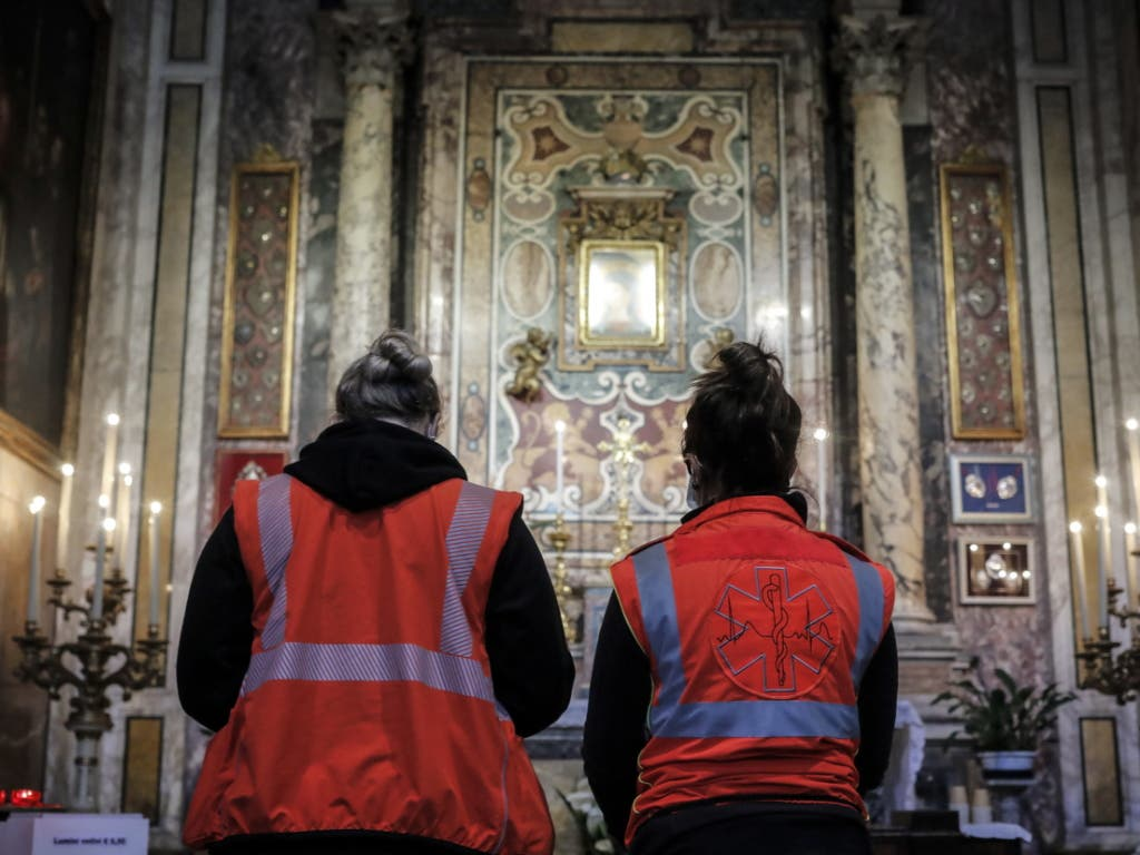 Rettungskräfte beten in der Kirche der Heiligen Rita von Cascia in Rom.