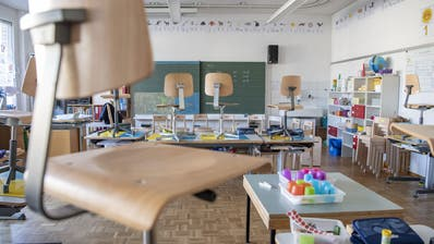 Gähnende Leere in den Schulzimmern: Alle Schülerinnen und Schüler sind zuhause. (Urs Flüeler/KEY)