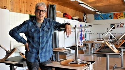 Lehrer Daniel Badraun im verlassenen Klassenzimmer. ((Bild:Bild: Dieter Ritter))