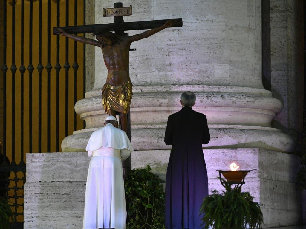 Papst Franziskus (.) spendete den Segen «Urbi et Orbi» (der Stadt und dem Erdkreis) vor einem verwaisten Petersplatz.