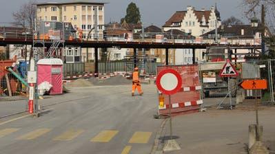 Blick nach Westen von der Signal- in die Eisenbahnstrasse in Rorschach: Wo jetzt noch gebaut wird, soll im Herbst der Bushof mit Bäumen und Grünrabatten zum Verweilen einladen. (Martin Rechsteiner)
