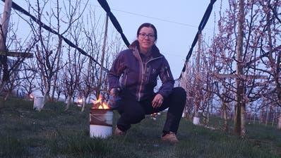 Sandra Stadler zündet einen Feuerkübel an ((Bild: pd))