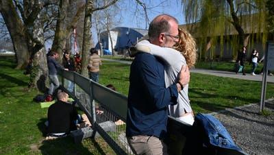 Seit Konstanz und Kreuzlingen ein Zaun trennt, treffen sich dort oft Paare und Familien. (Keystone)