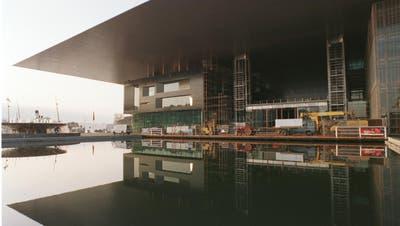 Bleibt es im Sommer so gespenstisch leer wie in der Stunde Null? Das KKL Luzern vor der Eröffnung des Konzertsaals durch die Musikfestwochen 1998 (Archivbild LZ).