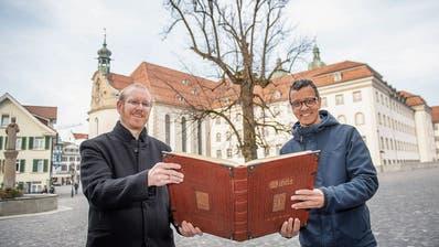 Die Bibel verbindet auch heute noch: Roman Rieger (l.) und Uwe Habenicht lassen eine St.Galler Abschrift entstehen. (Bild: Urs Bucher)