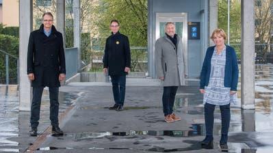 Die gewählten Horwer Gemeinderäte auf dem Gemeindehausplatz (von links): Hans-Ruedi Jung (CVP), Thomas Zemp (CVP), Ruedi Burkard (FDP) und Claudia Röösli (L20) (Bild: Eveline Beerkircher (Horw, 29. März 2020))