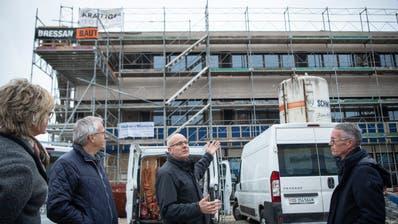 Heimleiterin Andrea Knöpfel, Gemeinderat Markus Lanter (von links), Bauleiter Markus Bänziger und Gemeindepräsident Michael Aebisegger bei einer Begehung des Rohbaus. (Ralph Ribi)