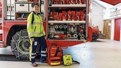 Wird Margrit Zürcher in ihrer Funktion als First Responder zu einem Notfalleinsatz gerufen, verschafft sie sich ruhig und konzentriert einen Überblick und weiss, was zu tun ist. (Bild: Nik Roth)