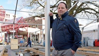 Gregor Wegmüller, Geschäftsführer der Messen Weinfelden, auf dem Marktplatz vor den Zelten, die abgebrochen werden. ((Bild: Mario Testa))