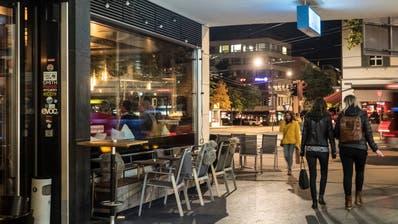 Der Durchgang zwischen dem Blumenmarkt und dem Oberen Graben: Links die Aussenbestuhlung der Süd-Bar, im Hintergrund rötlich die Gartenbeiz des «News». (Bild: Hanspeter Schiess)