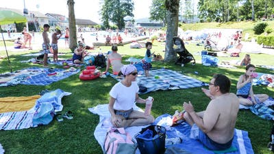 Das Aadorfer Freibad: Bei schönem Wetter ist es im Sommer geöffnet, während das Hallenbad geschlossen bleibt. ((Bild: Kurt Lichtensteiger))
