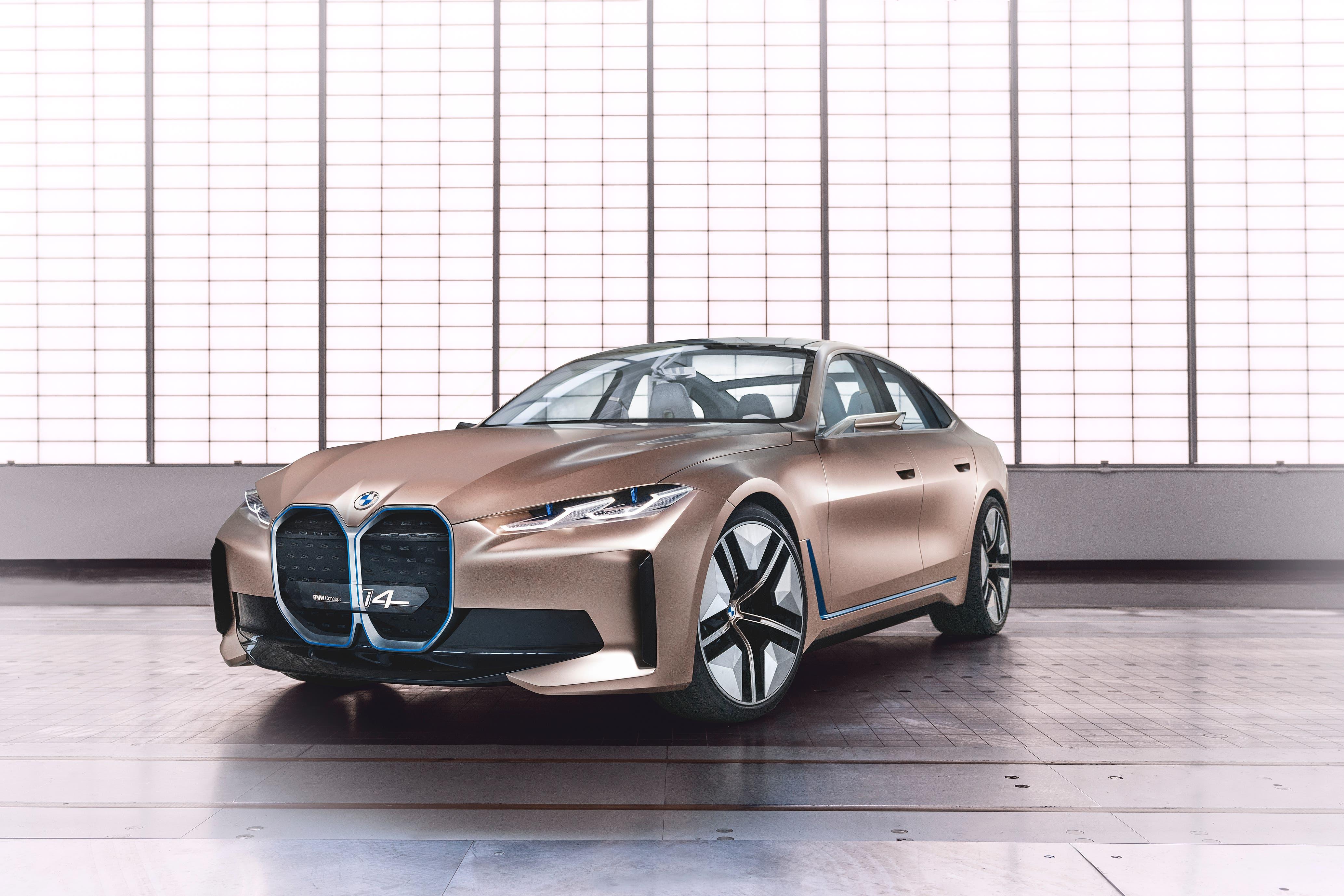 Mit dem Concept i4 gibt BMW erstmals einen Ausblick auf ein rein elektrisches Auto im Mittelklassesegment. Bis zu 600 Kilometer Reichweite (WLTP), bis zu 530 PS, in circa vier Sekunden von null auf hundert und eine Höchstgeschwindigkeit von über 200 Stundenkilometer zeichnen das Concept i4 aus. 2021 wird mit der Produktion des Serienmodells begonnen.