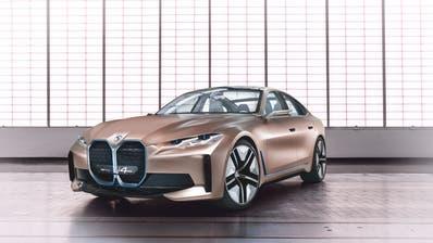Mit dem Concept i4 gibt BMW erstmals einen Ausblick auf ein rein elektrisches Auto im Mittelklassesegment. Bis zu 600 Kilometer Reichweite (WLTP), bis zu 530 PS, in circa vier Sekunden von null auf hundert und eine Höchstgeschwindigkeit von über 200 Stundenkilometer zeichnen das Concept i4 aus. 2021 wird mit der Produktion des Serienmodells begonnen. (HO)