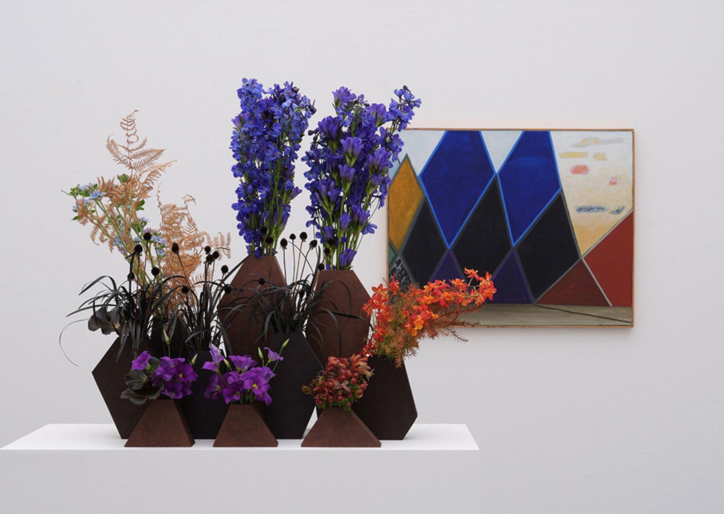Florale Interpretation: Regula Guhl, ZürichWerk: Meret Oppenheim, Dunkle Berge, rechts gelb-rote Wolken, 1977–1979