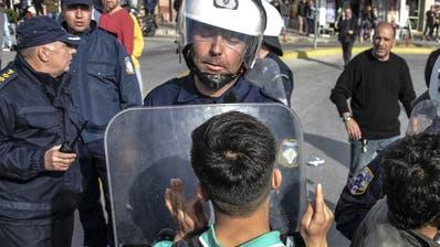 Kein Durchkommen: Auf der griechischen Insel Lesbos geraten Migranten und Polizisten aneinander. (Panagiotis Balaskas / AP)