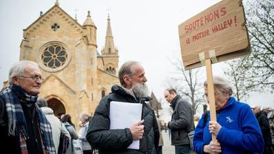 Norbert Valley (Mitte) wird bei einer Anhörung bei der Staatsanwaltschaft von Mitstreitern unterstützt. (Bild: Jean-Christophe Bott/Keystone)