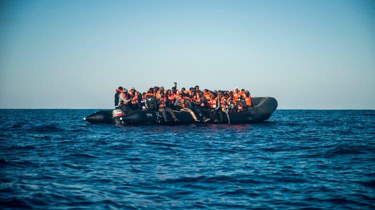 Migranten bei einer Rettungsaktion der Gruppe Sea-Watch im Mittelmeer. (Keystone)