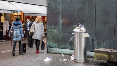 Überfüllte Abfallkübel und Unrat auf dem Boden verteilt: Ein Bild aus der Luzerner Altstadt. (Patrick Huerlimann)