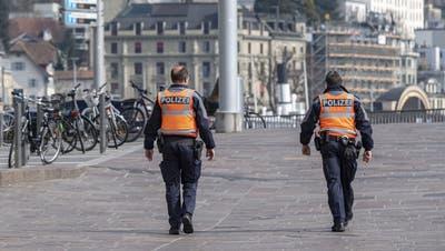 Zwei Luzerner Polizisten patrouillieren in der Stadt. (Bild: Urs Flüeler/Keystone, Luzern,20. März 2020)