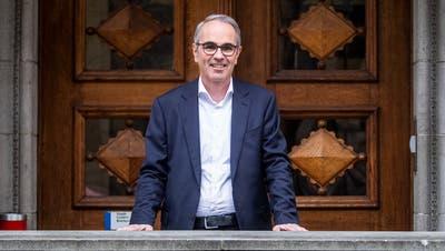 Beat Züsli (SP, hier vor dem Stadthaus) wurde als Luzerner Stadtpräsident wiedergewählt. (Bild: Boris Bürgisser (30. März 2020))