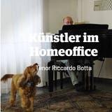 Tenor Riccardo Botta singt, und sein Hund singt mit: Das Theater St.Gallen veröffentlicht täglich kleine Grussbotschaft der Künstlerinnen und Künstler. (Bild: Screenshot)