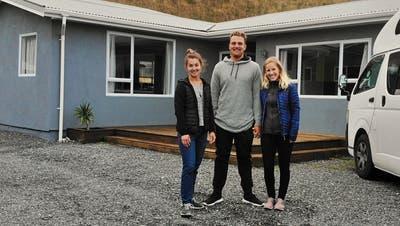 Von links: Livia Koch, Samuel Geiser und Ehefrau Lara vor ihrer Unterkunft in Kaikoura auf der Südinsel Neuseelands. (Bild: PD)