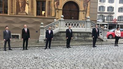 Abstand halten gilt auch für die Regierung. Die bisher gewählten Kandidaten Rüegsegger, Huwiler, Stähli, Barraud, Michel und Steimen beim Fototermin vor dem Rathaus in Schwyz. | (Bild: Anja Schelbert / Bote der Urschweiz)