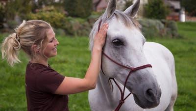 Antonia Koller betreut mit Hilfe ihrer TherapiepferdeMenschen mit Beeinträchtigungen. (Bild: PD)